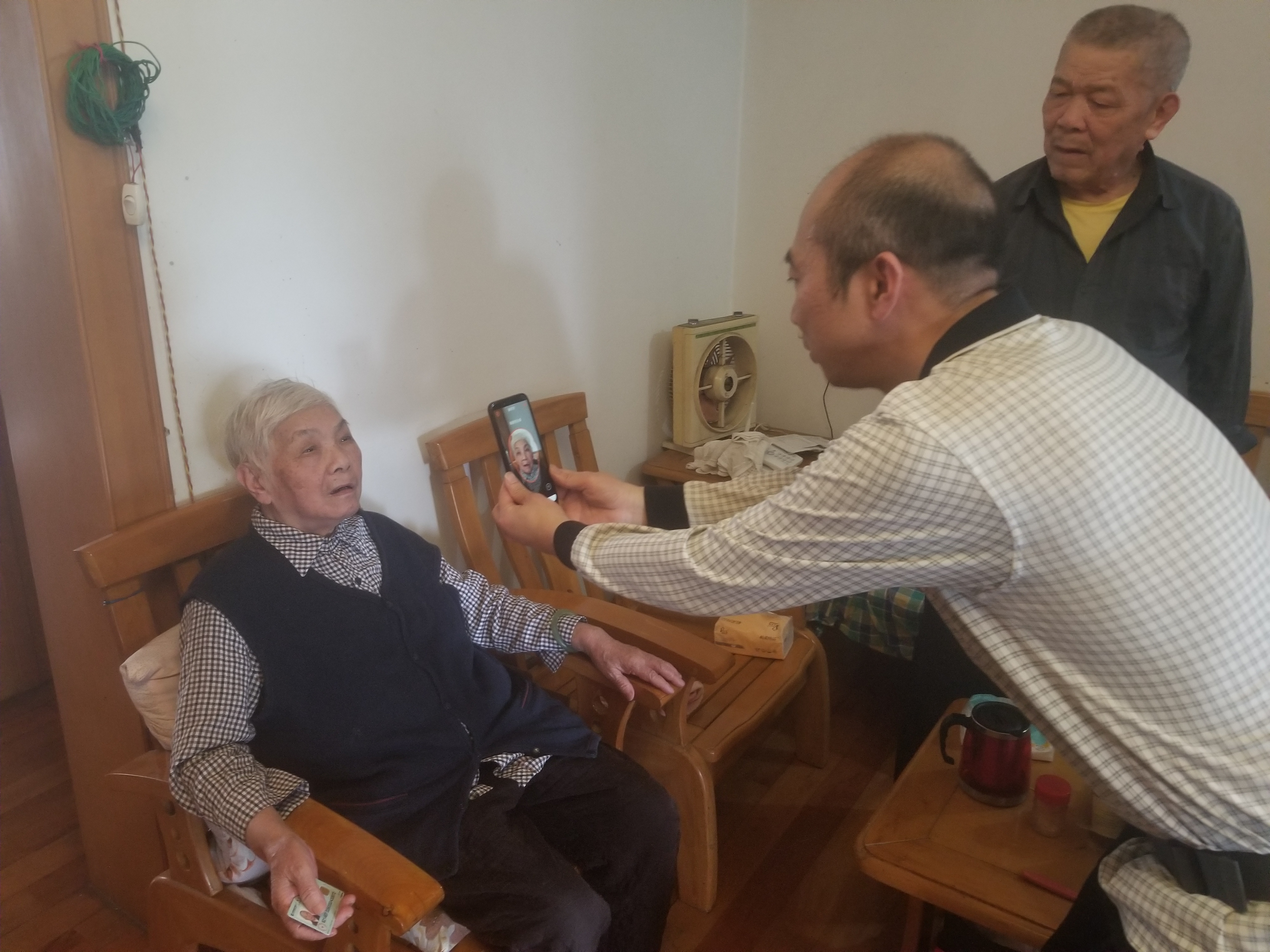 市社保中心党员上门为行动不便的老人开展领取资格认证