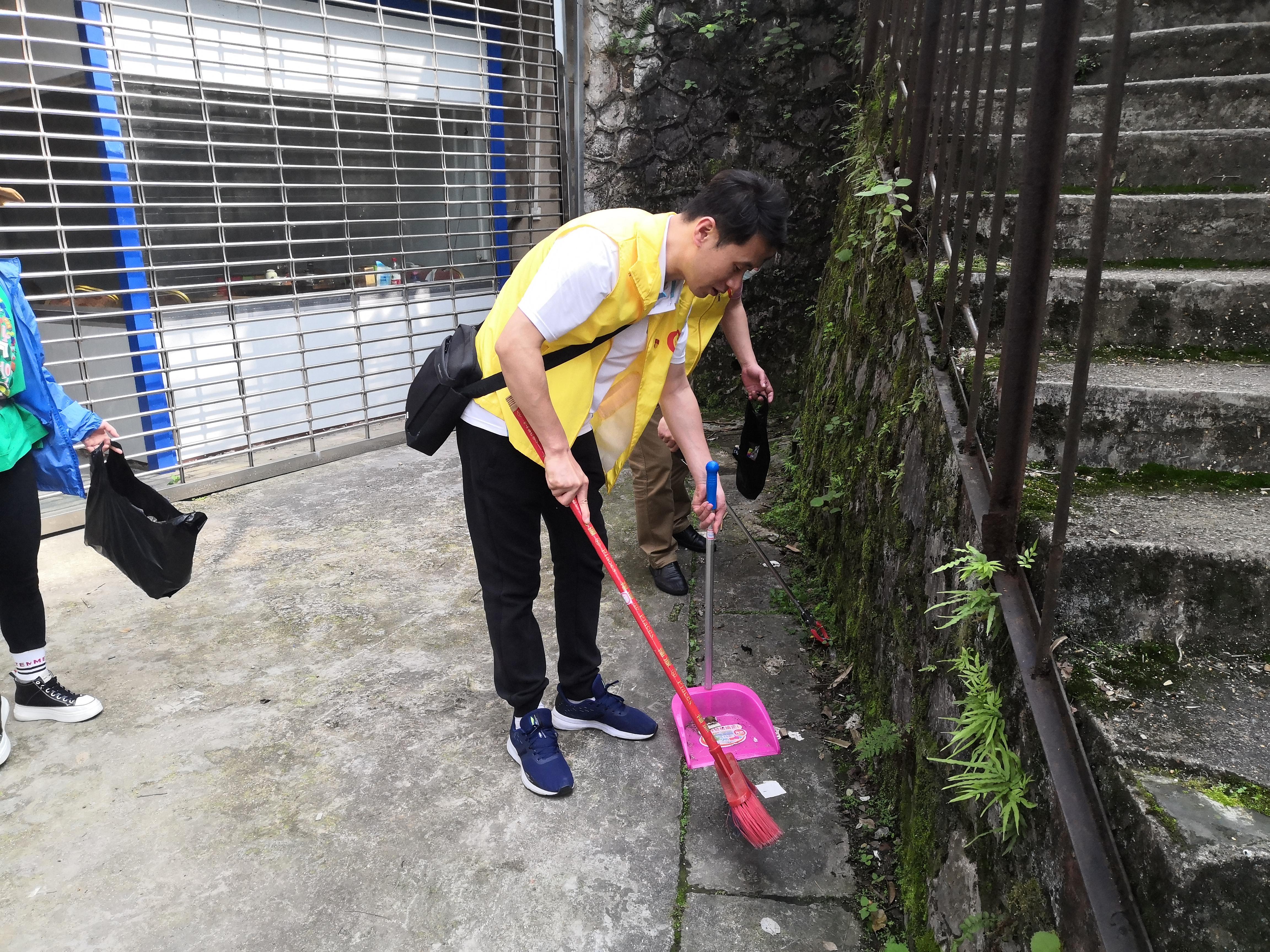 市社保中心党员在清扫社区垃圾