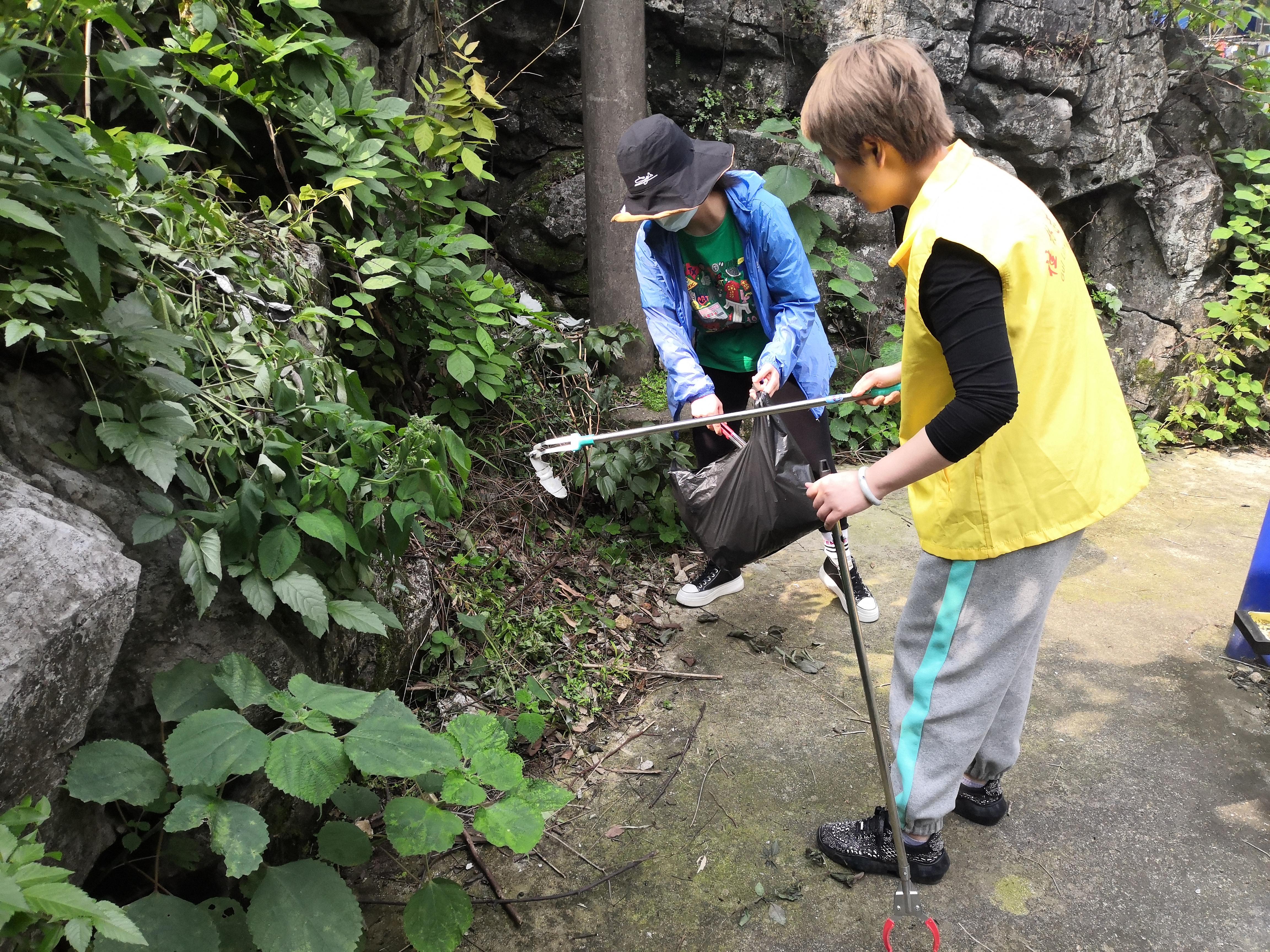 市社保中心党员和志愿者清理山脚垃圾